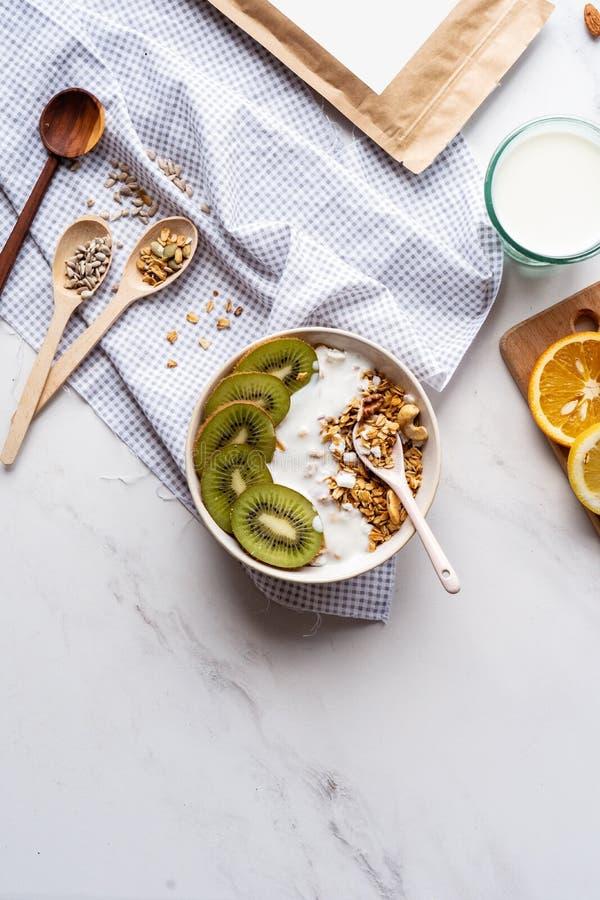 Gesunde Frühstücksschüssel mit Löffelkonzept, Detoxmorgenmahlzeit auf Hintergrund stockfotos