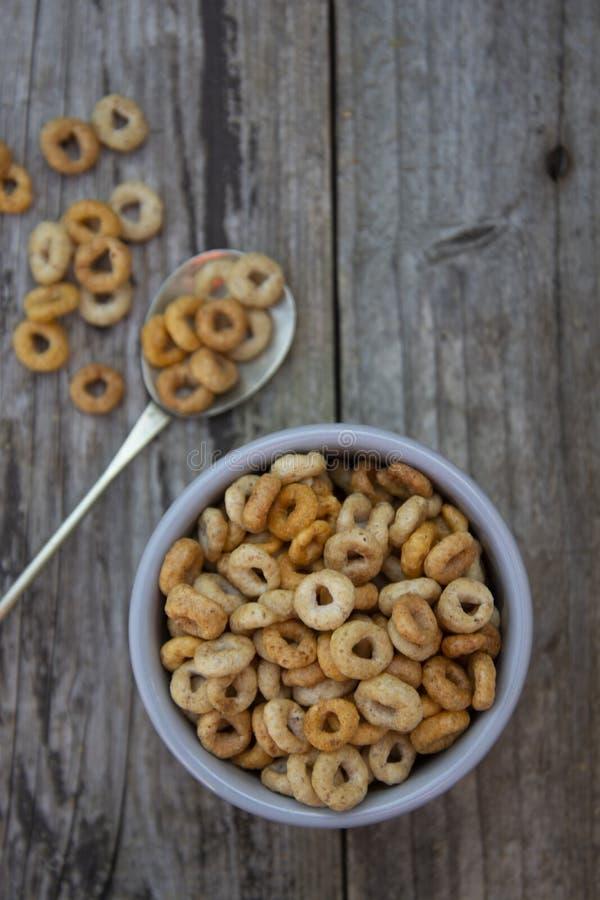 Gesunde Fr?hst?ckskost- aus Getreideringe in der Sch?ssel Guten Morgen Ein gesundes Fr?hst?ck trockenes muesli lizenzfreies stockfoto