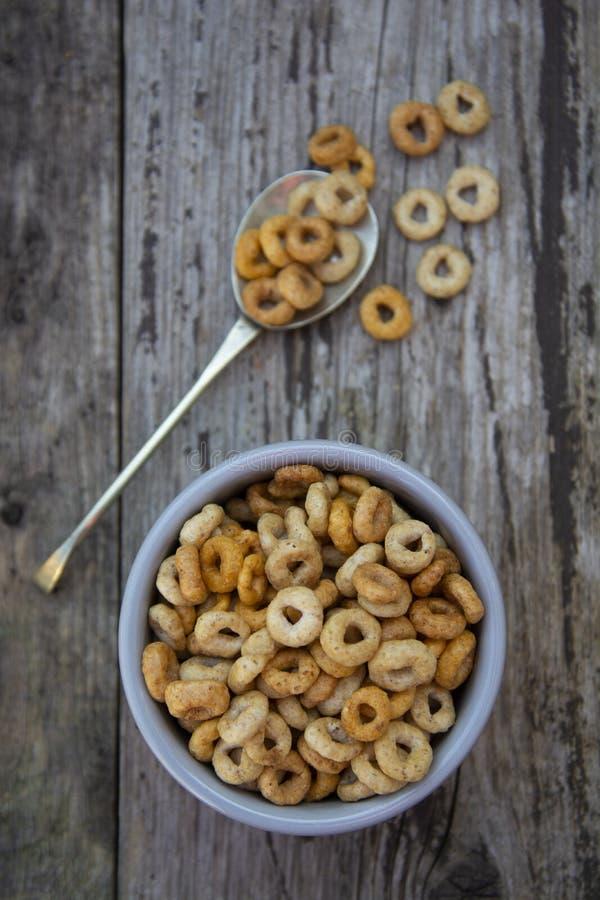 Gesunde Fr?hst?ckskost- aus Getreideringe in der Sch?ssel Guten Morgen Ein gesundes Fr?hst?ck trockenes muesli lizenzfreie stockfotografie