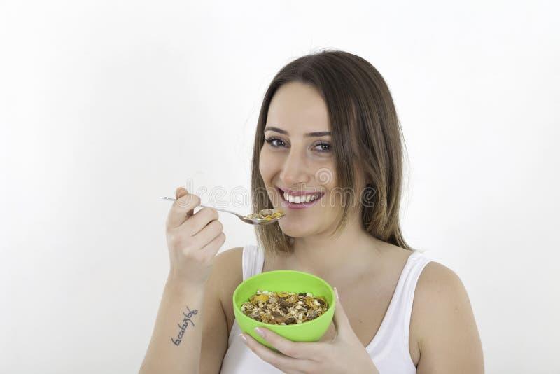 Gesunde Frau, die Getreide isst stockbild