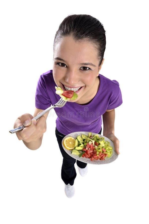 Gesunde Frau, die Salat isst stockfotos