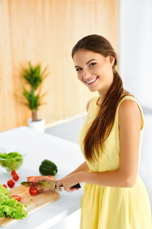 Gesunde Frau, die vegetarisches Abendessen vorbereitet Lebensmittel, Lebensstil Diät stockfoto