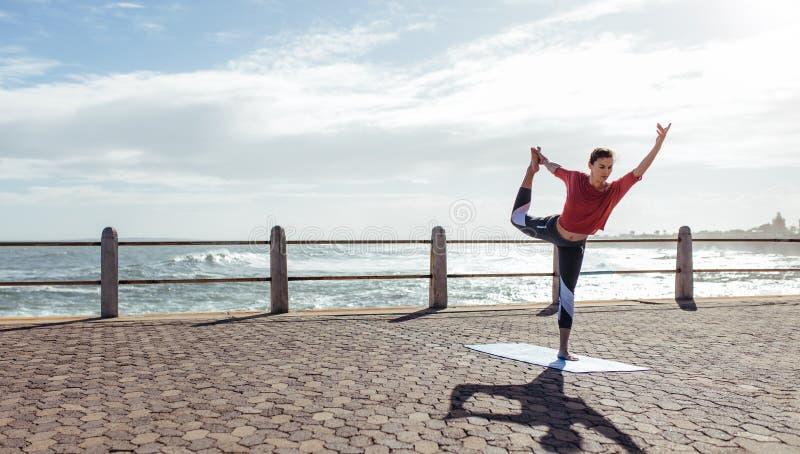 Gesunde Frau, die Yoga tut stockfotos