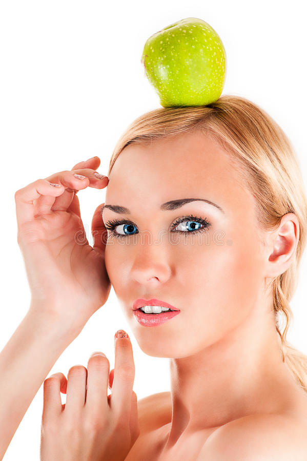 Gesunde Frau mit Apfel auf Kopf stockfotografie