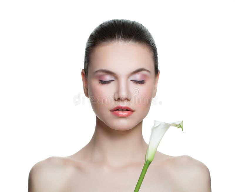 Gesunde Frau mit der klaren Haut- und Lilienblume lokalisiert auf Weiß Badekurort-Sch?nheits-Portr?t lizenzfreies stockfoto