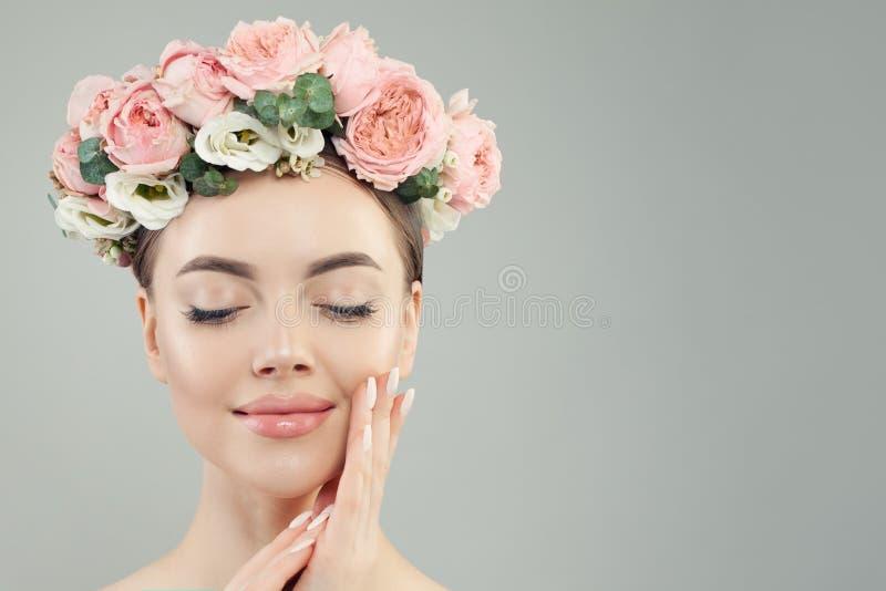 Gesunde Frau mit perfektem Hautporträt Nat?rliche Sch?nheit lizenzfreie stockfotos