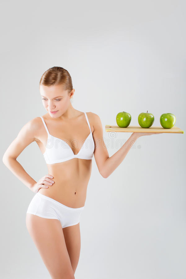 Gesunde Frau steht mit grünem Apfel Gesundes Essenkonzept stockbilder