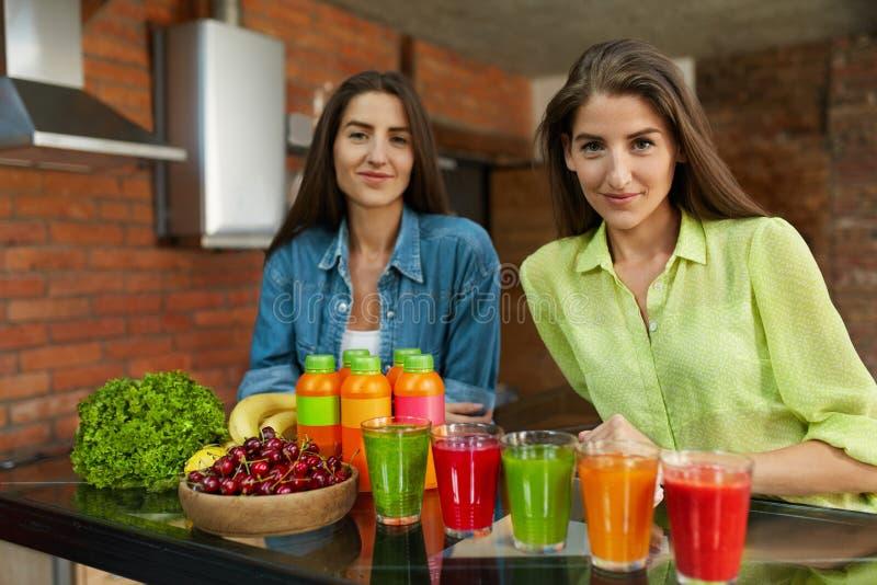Gesunde Frauen auf Diät-Nahrung mit Detox-Saft, Smoothie-Getränk stockfotos