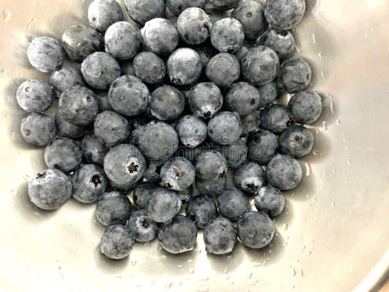 Gesunde Frucht der frischen Blaubeergabel in einer Edelstahlschüssel lizenzfreie stockfotos
