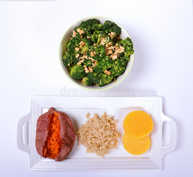 Gesunde Gemüseschüssel mit drei gesunden Seiten stockfoto