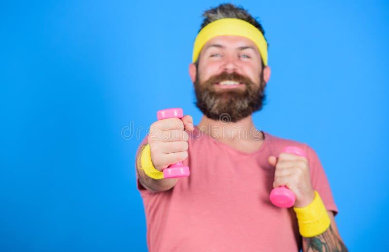 Gesunde Gewohnheiten Athletentraining mit wenigem Dummkopf Bärtiger Athlet des Mannes, der Dummkopf ausübt Motivierter Athletenke lizenzfreie stockfotografie