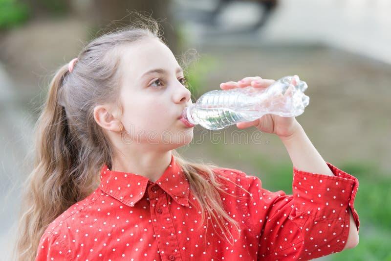 Gesunde Gewohnheiten Gesund und hydratisiert M?dchensorgfalt ?ber Gesundheit und Wasserbilanz Griff-Wasserflasche des Mädchens ne stockfoto
