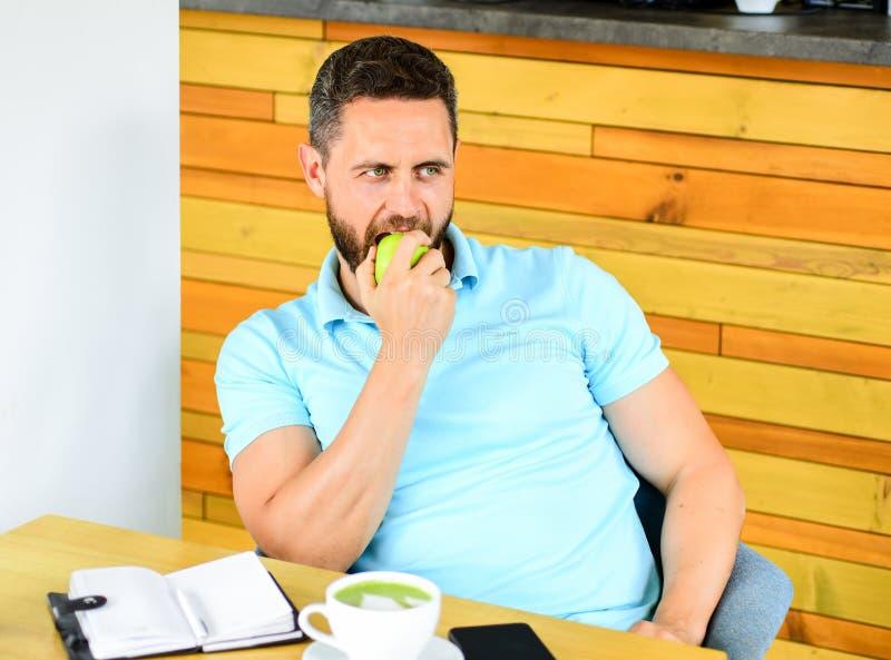 Gesunde Gewohnheiten Kaffeepause zum sich zu entspannen Gesunde Mannsorgfalt-Vitaminnahrung während des Arbeitstages Körperlich u lizenzfreie stockfotos