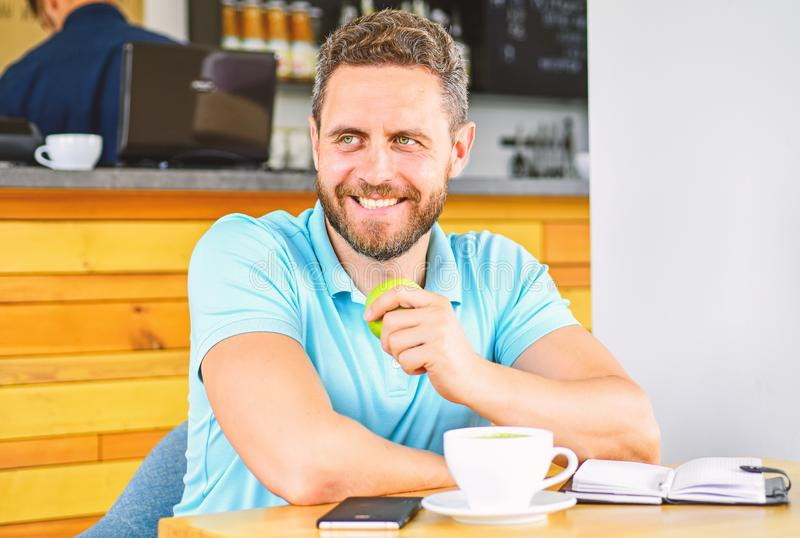 Gesunde Gewohnheiten Gesunde Mannsorgfalt-Vitaminnahrung während des Arbeitstages Gesunder Imbiß Körperliches und Geisteswohl lizenzfreies stockbild