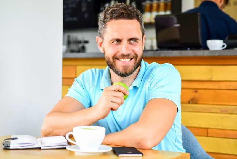 Gesunde Gewohnheiten Gesunde Mannsorgfalt-Vitaminnahrung während des Arbeitstages Gesunder Imbiß Körperliches und Geisteswohl stockfoto