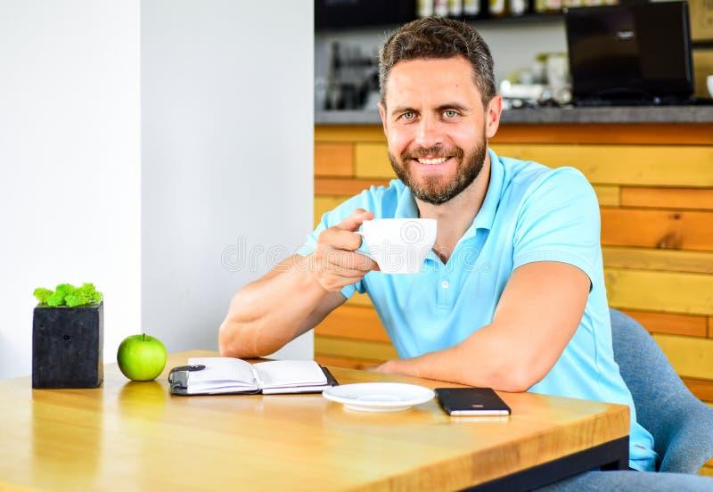 Gesunde Gewohnheiten Gesunde Mannsorgfalt-Vitaminnahrung während des Arbeitstages Körperliches und Geisteswohlkonzept Mann sitzen stockbild