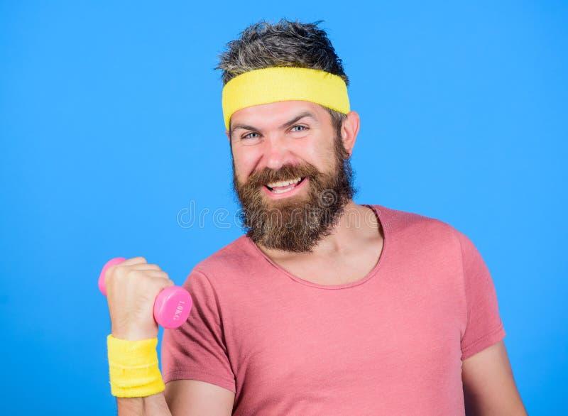 Gesunde Gewohnheiten Retro- Ausstattung des Sportlers, die blauen Hintergrund ausbildet Athletentraining mit wenigem Dummkopf Man stockfoto