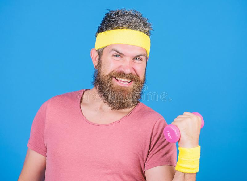 Gesunde Gewohnheiten Retro- Ausstattung des Sportlers, die blauen Hintergrund ausbildet Athletentraining mit wenigem Dummkopf Man lizenzfreies stockfoto