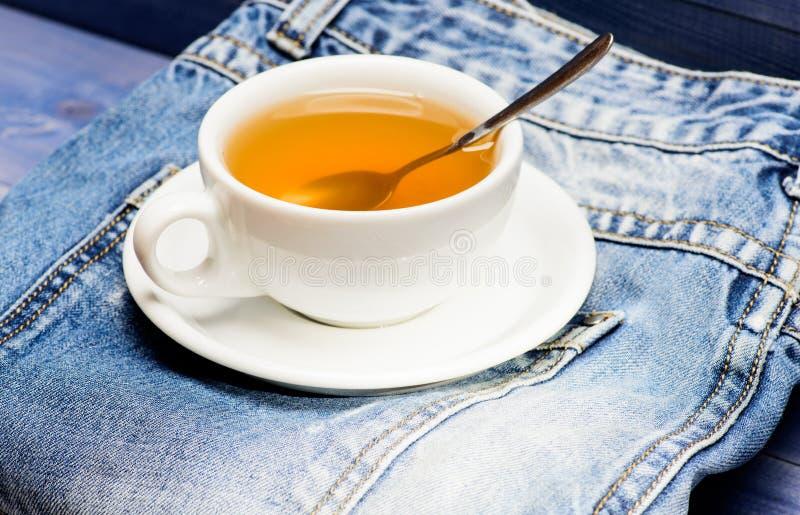 Gesunde Gewohnheiten Teezeitkonzept Hei?wasser des Schalenbechers und Tasche des Tees Prozesstee, der im keramischen Becher braut lizenzfreie stockfotos