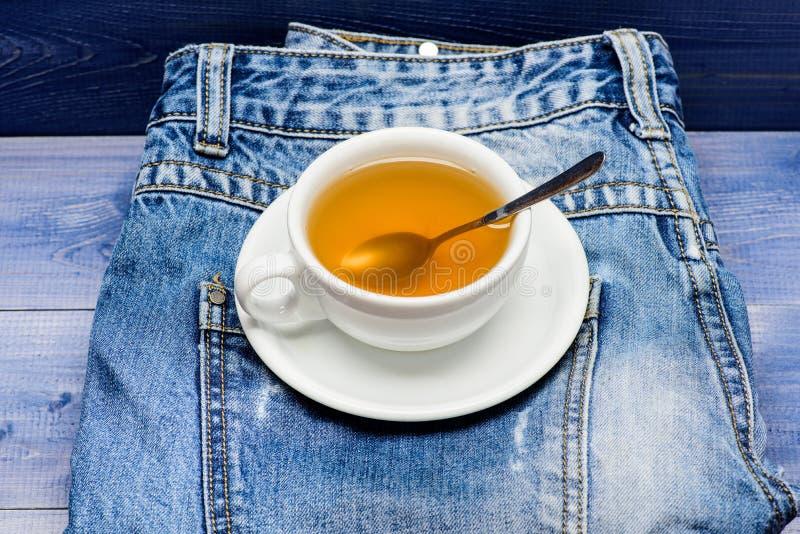 Gesunde Gewohnheiten Teezeitkonzept Hei?wasser des Schalenbechers und Tasche des Tees Becher füllte kochendes Wasser und Teebeute stockfotografie