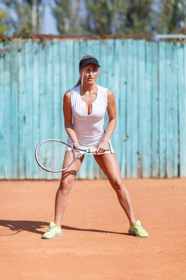 Gesunde hübsche Frau mit Federballschläger auf dem Freienhintergrund Badminton, das Konzept spielt lizenzfreies stockbild