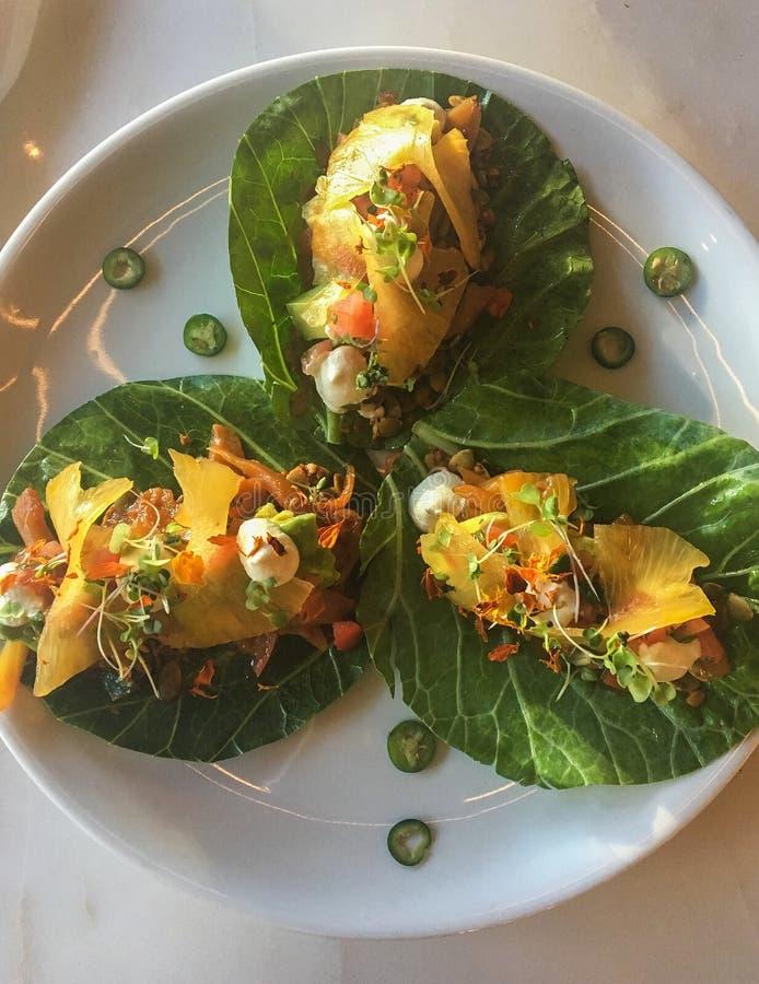 Gesunde Jackfruit-Tacos des strengen Vegetariers auf Collard Greens lizenzfreie stockfotografie