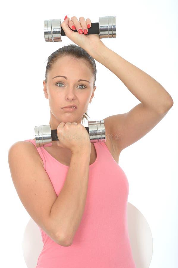 Gesunde junge betonende Frau bei der Ausbildung mit Gewichten stockfotos