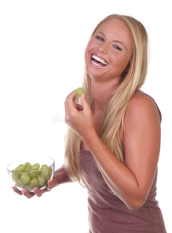 Gesunde junge Frau, die nahrhafte Nahrung isst lizenzfreie stockfotografie