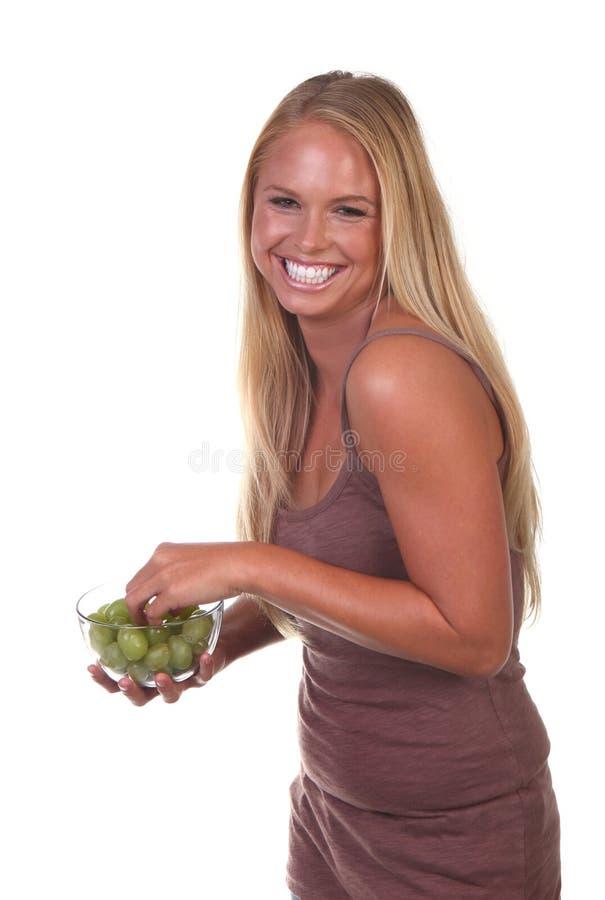Gesunde junge Frau, die nahrhafte Nahrung isst stockfoto