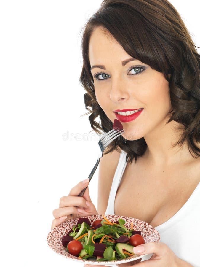 Gesunde junge Frau, die Rote-Bete-Wurzeln Salat isst lizenzfreies stockfoto