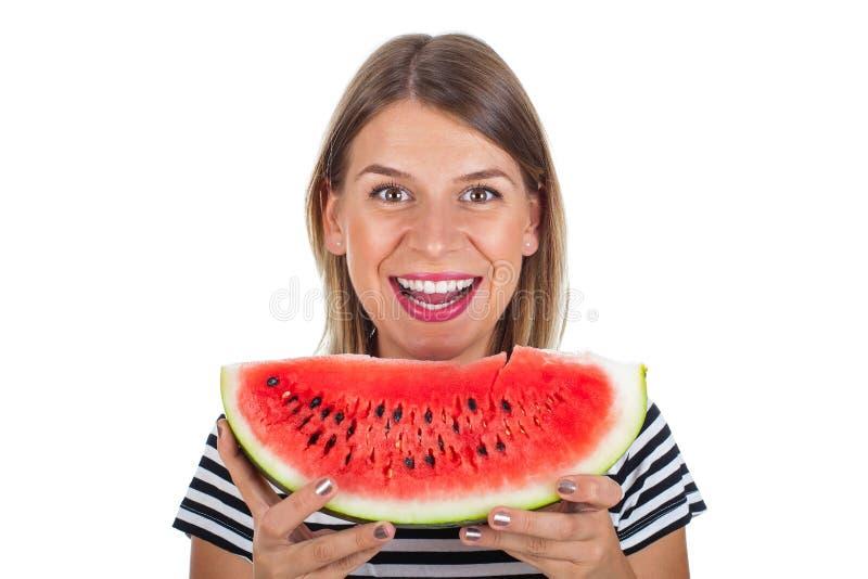 Gesunde junge Frau, die Wassermelone isst stockbilder