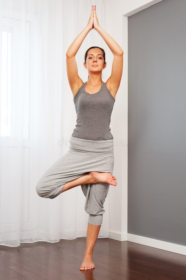 Gesunde junge Frau, die Yoga tut lizenzfreies stockbild