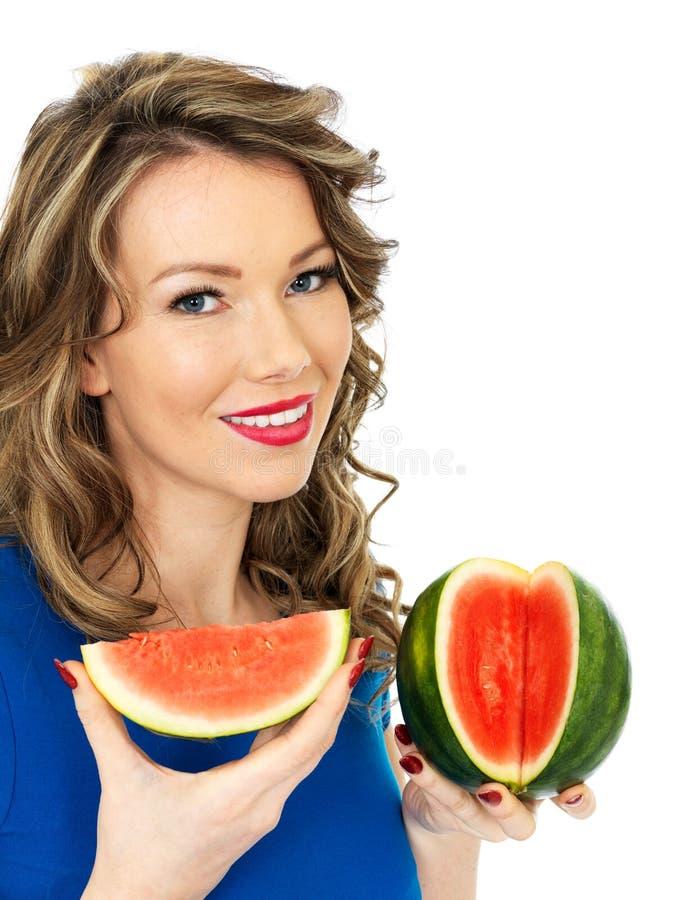 Gesunde junge Frauen-Holding geschnittene Wassermelone stockfotografie