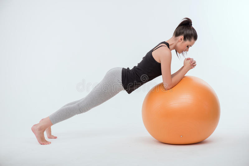 Gesunde junge Sportlerin tut die Übungen lizenzfreie stockbilder