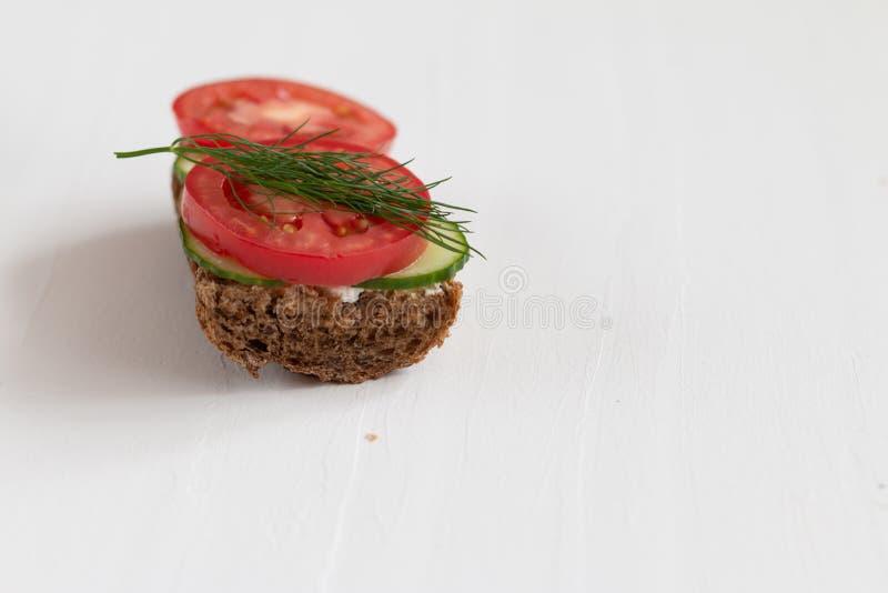 Gesunde köstliche Sandwiche mit Roggenbrot und Saisongemüse und Hüttenkäse zum Frühstück mit Raum für Text stockbild