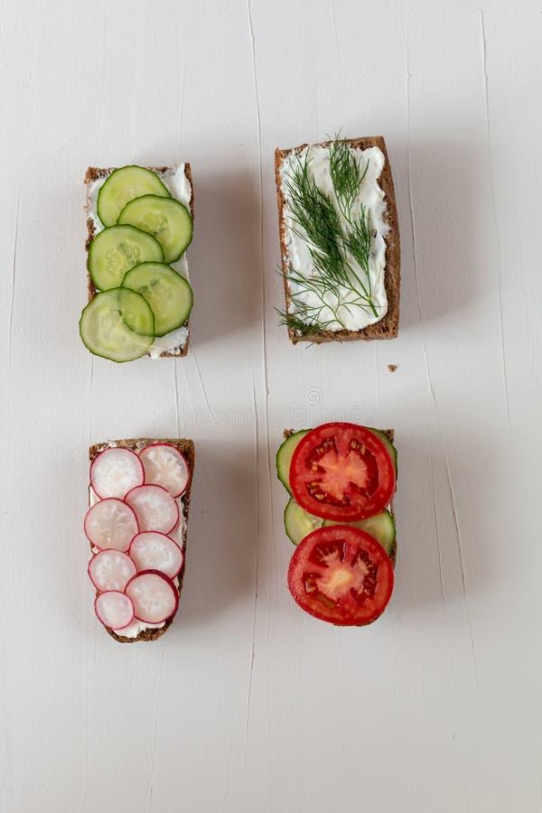 Gesunde köstliche Sandwiche mit Roggenbrot und Saisongemüse und Hüttenkäse zum Frühstück mit Raum für Text lizenzfreie stockfotos