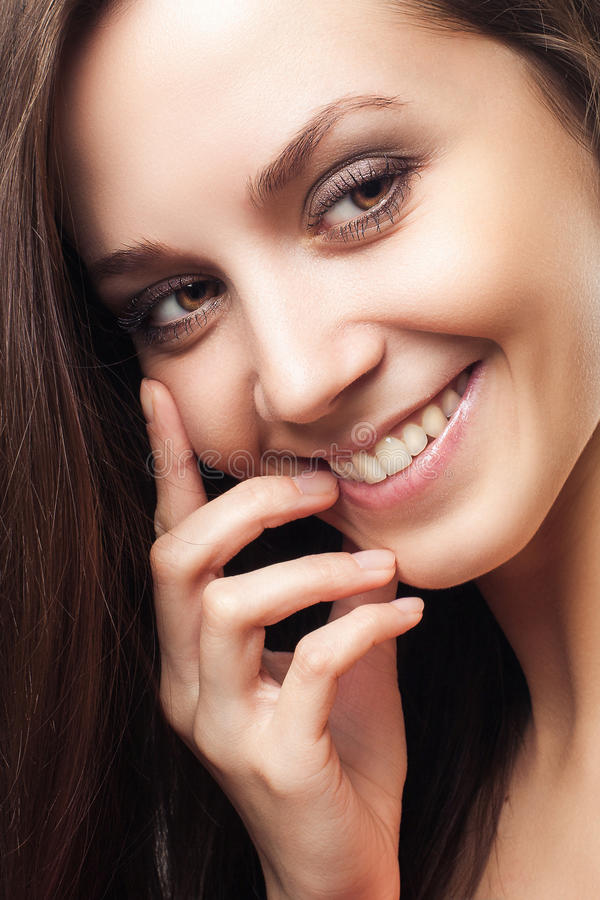 Gesunde lächelnde Frau des attraktiven jungen Zaubers des Schönheitsporträts stockbilder