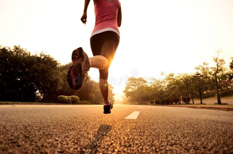 Gesunde Lebensstileignung trägt Frauenbetrieb zur Schau lizenzfreie stockbilder