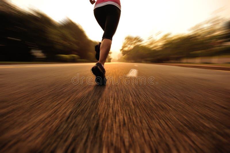 Gesunde Lebensstileignung trägt laufendes Bein der Frau zur Schau stockfotos