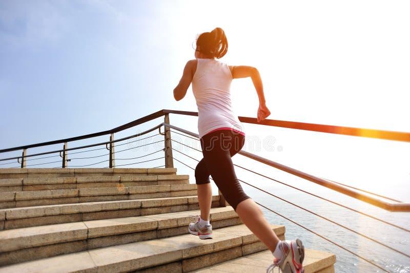 Gesunde Lebensstilfrauenbeine, die auf Steintreppe laufen lizenzfreie stockfotografie
