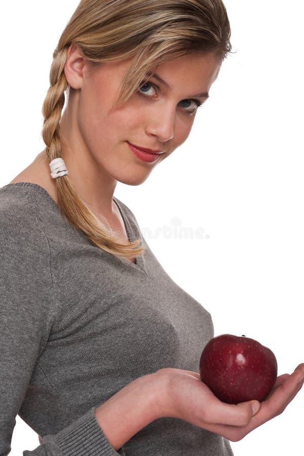 Gesunde Lebensstilserie - Frau, die roten Apfel anhält lizenzfreie stockbilder