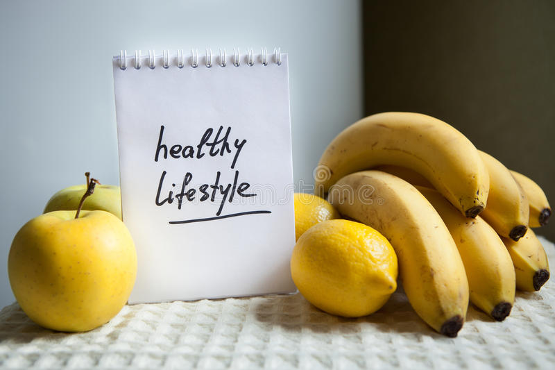 Gesunde Lebensstilwörter mit Früchten lizenzfreies stockbild