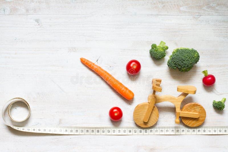 Gesunde Lebensweise vegetarisches Essen auf dem Bike abstrakte Diät und Sportkonzept stockbilder