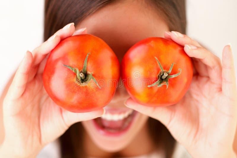 Gesunde Leute: Tomatefrauenspaß lizenzfreie stockfotografie