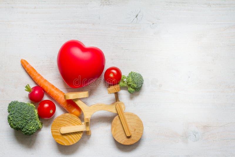 Gesunde Lifestyle vegetarisches Essen auf dem Bike abstrakte Diät und Sportkonzept mit Herz stockfotografie
