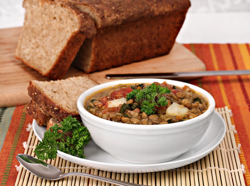 Gesunde Linse, Spinats-Suppe mit Quinoa-Brot. stockfotos