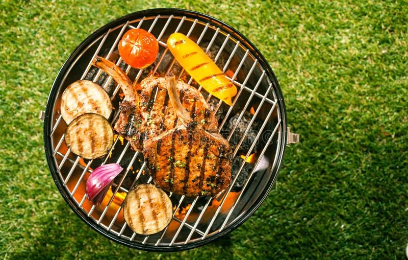 Gesunde magere Schweinelende mit Veggies auf einem BBQ stockfoto