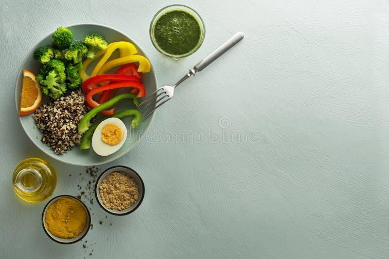 Gesunde Mahlzeit mit Gemüse und Quinoa lizenzfreies stockbild