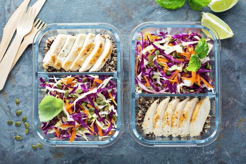 Gesunde Mahlzeitvorbereitungsbehälter mit Quinoa und Huhn lizenzfreie stockbilder