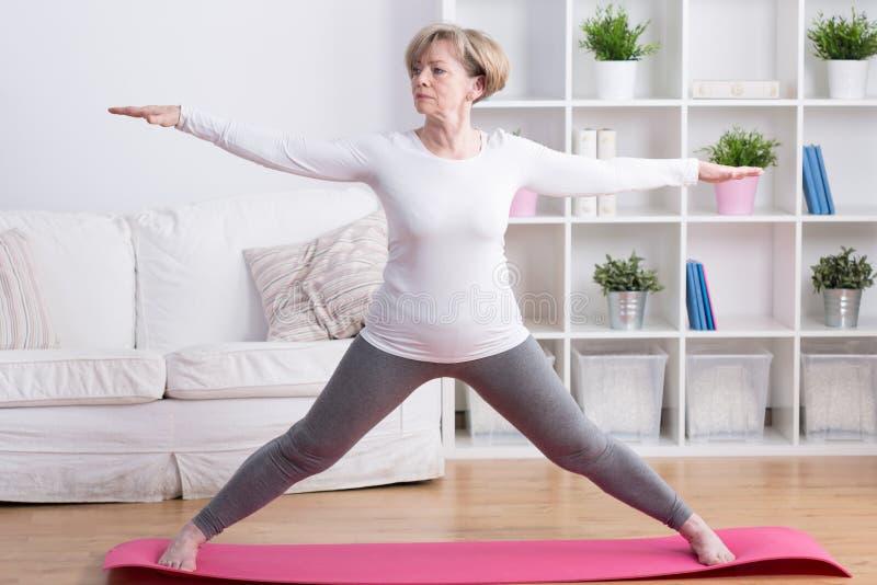 Gesunde mittlere gealterte Frau lizenzfreie stockbilder